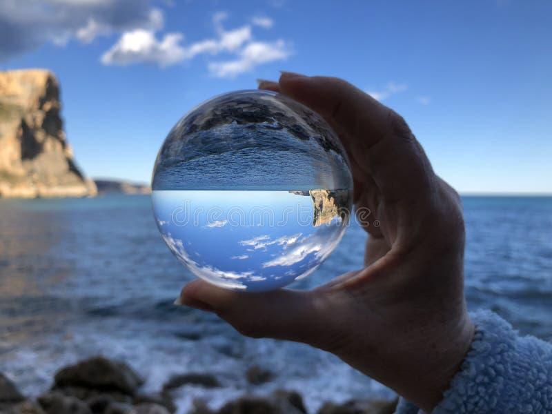 Mar e penhascos através de uma bola de cristal foto de stock