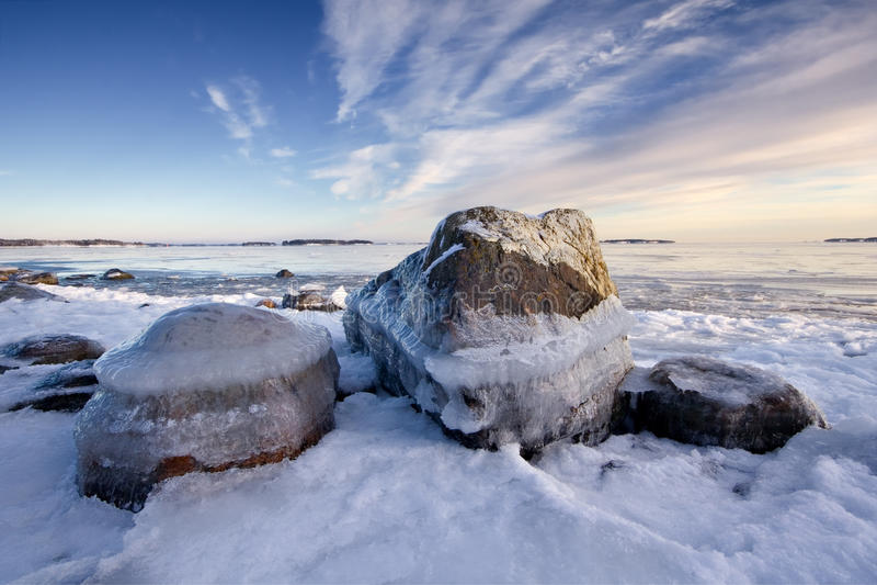 Mar e rochas gelados fotografia de stock royalty free