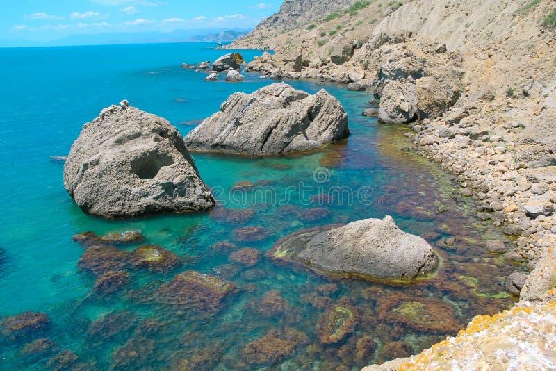 Mar e rochas na forma do crânio Ajardine no cabo Meganom, a costa leste da península de Crimeia Conceito místico, colorido fotos de stock royalty free