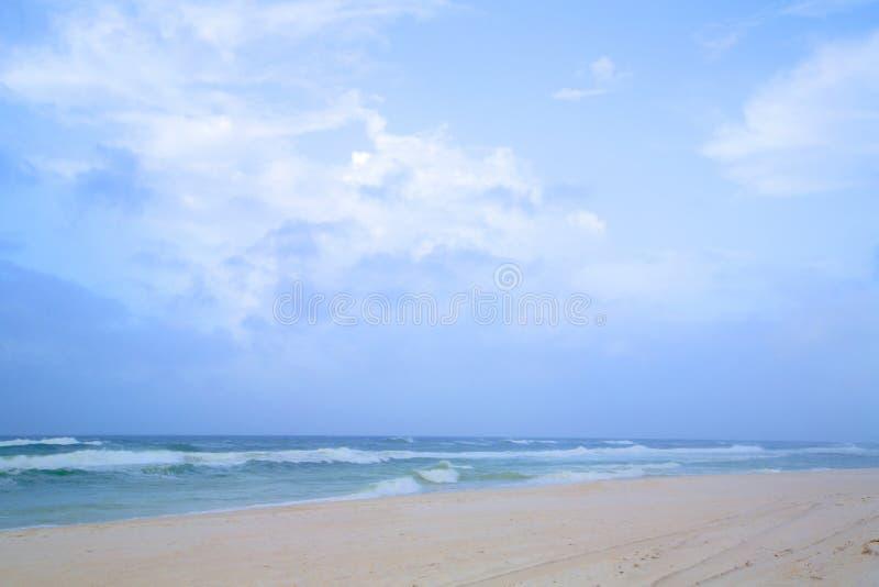 Mar e Sandy Beach do céu azul fotos de stock