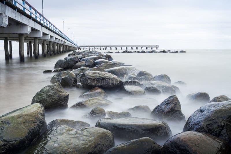 Mar, embarcadero y rocas fotografía de archivo libre de regalías