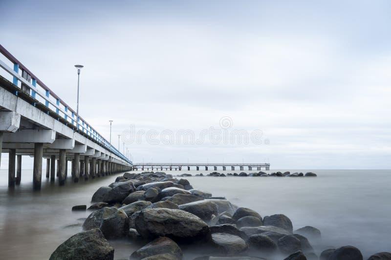 Mar, embarcadero y rocas foto de archivo libre de regalías