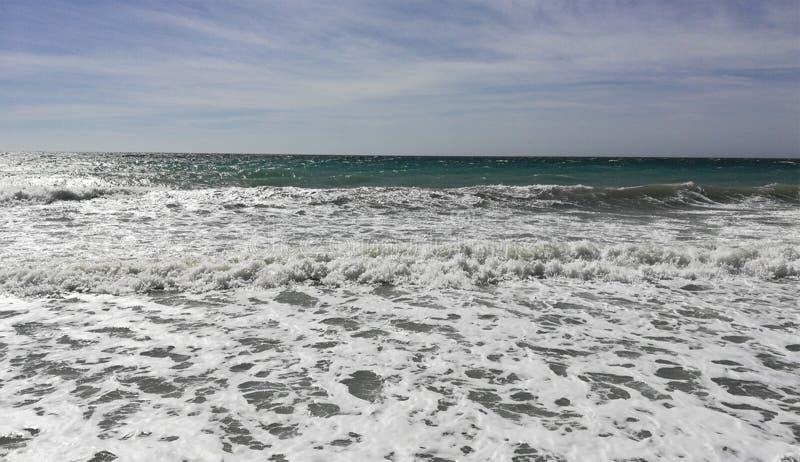 Mar espumoso bonito com céu azul foto de stock royalty free