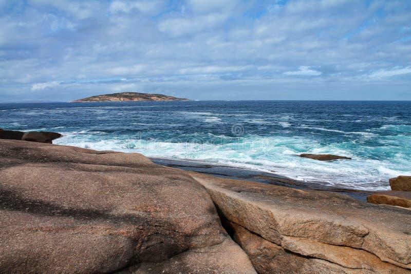 Mar espumoso com costa rochosa e ilha na Austrália Ocidental imagens de stock