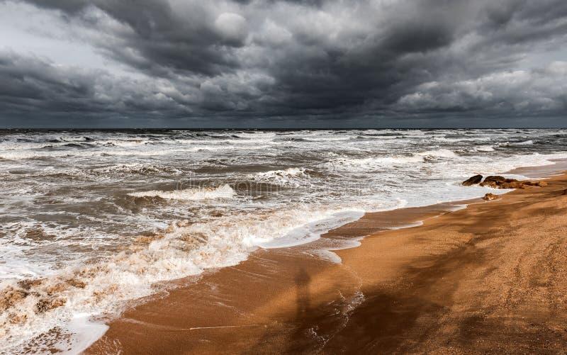 Mar espumoso tormentoso, ondas grandes imagens de stock