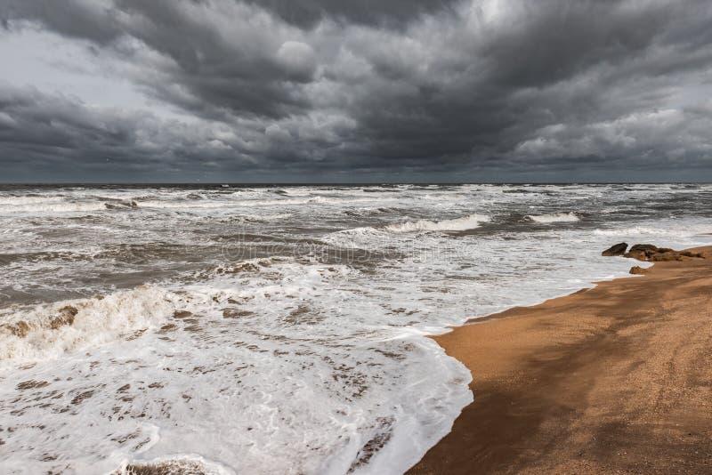 Mar espumoso tormentoso, ondas grandes fotos de stock