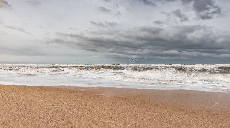 Mar espumoso tormentoso, ondas grandes imagem de stock