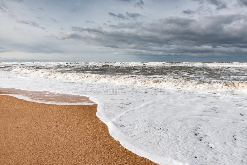 Mar espumoso tormentoso, ondas grandes fotografia de stock