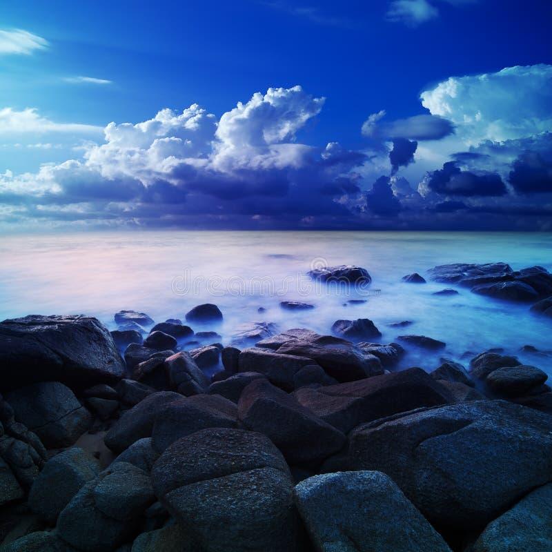 Mar extranjero en el amanecer fotografía de archivo libre de regalías