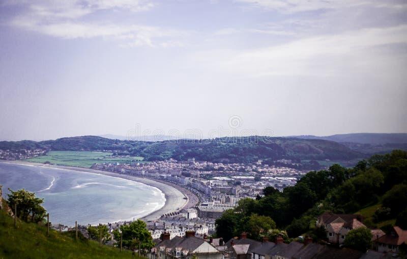 Mar Front North Wales de Llandudno, Reino Unido Vista da praia em um dia de verão bonito, Reino Unido Vistas do grande Orm imagem de stock