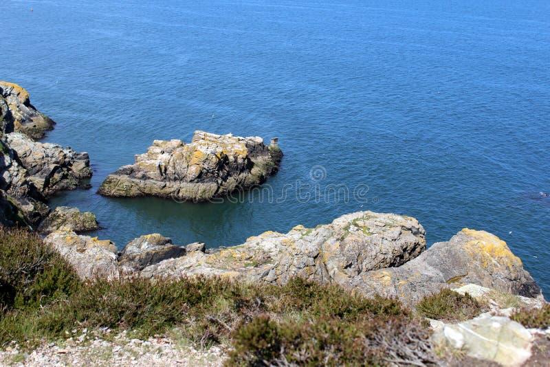 Mar hermoso, Howth, Dublin Bay, Irlanda, rocas, acantilado y piedras foto de archivo