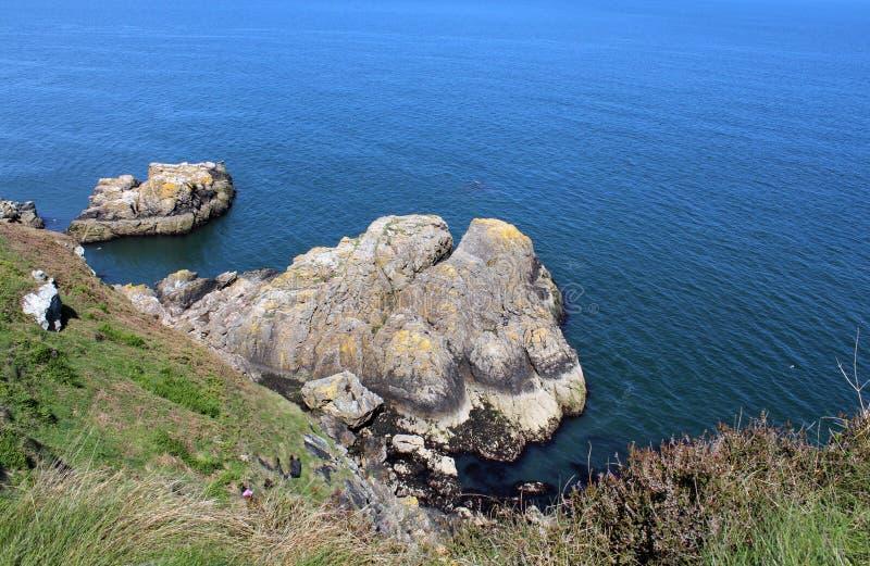 Mar hermoso, Howth, Dublin Bay, Irlanda, rocas, acantilado y piedras fotografía de archivo libre de regalías