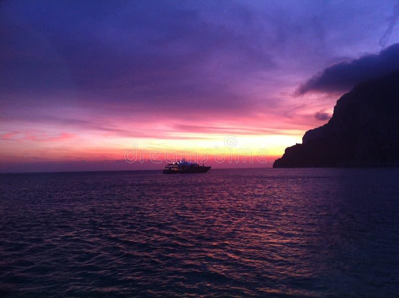 Mar hermoso que hace frente a la puesta del sol de Capri fotografía de archivo