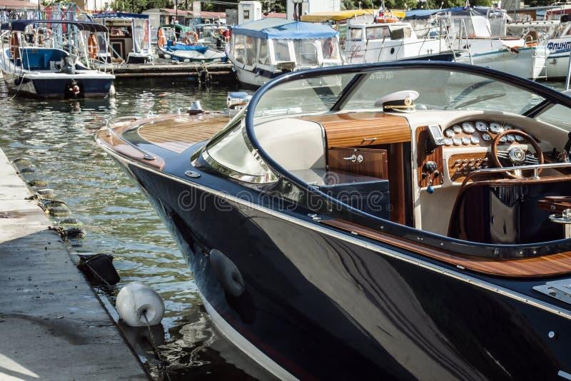 Mar, iate do barco no cais foto de stock royalty free