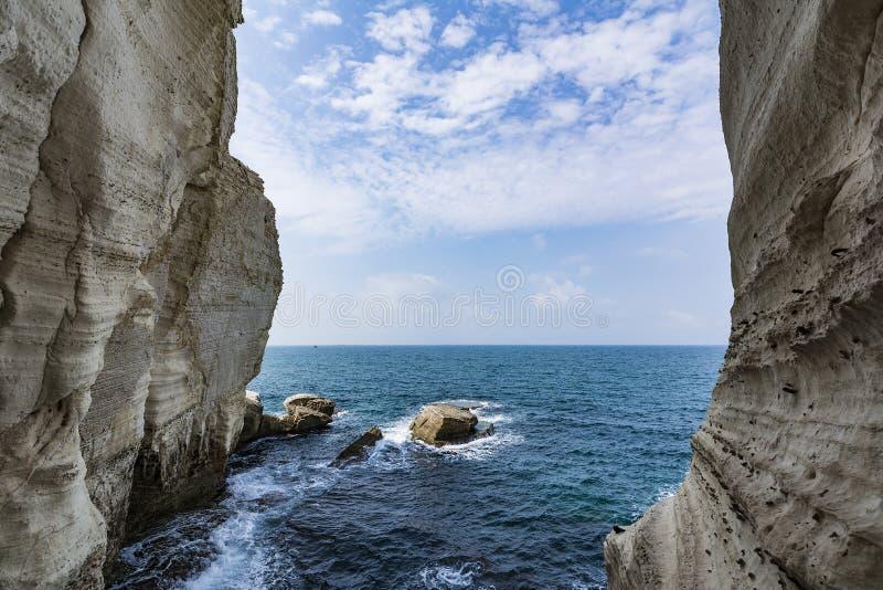 Mar infinito entre dos paredes de la montaña fotografía de archivo libre de regalías