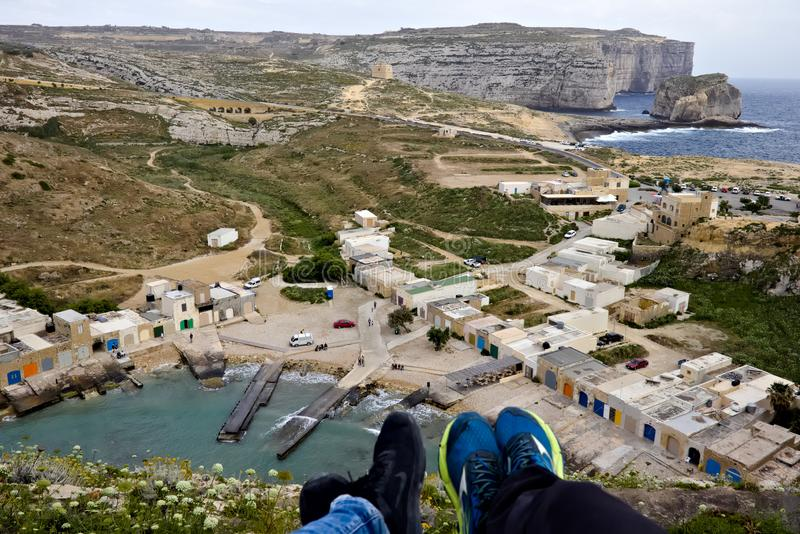Mar interior de desatención con las pequeñas casas al lado de él y roca del hongo en el fondo en el gozo, Malta imagen de archivo libre de regalías