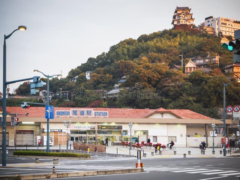 Mar interior de la ciudad de puerto de la colina de Japón de la estación de Onomichi situado en la ruta de ciclo famosa de Hirosh imagenes de archivo