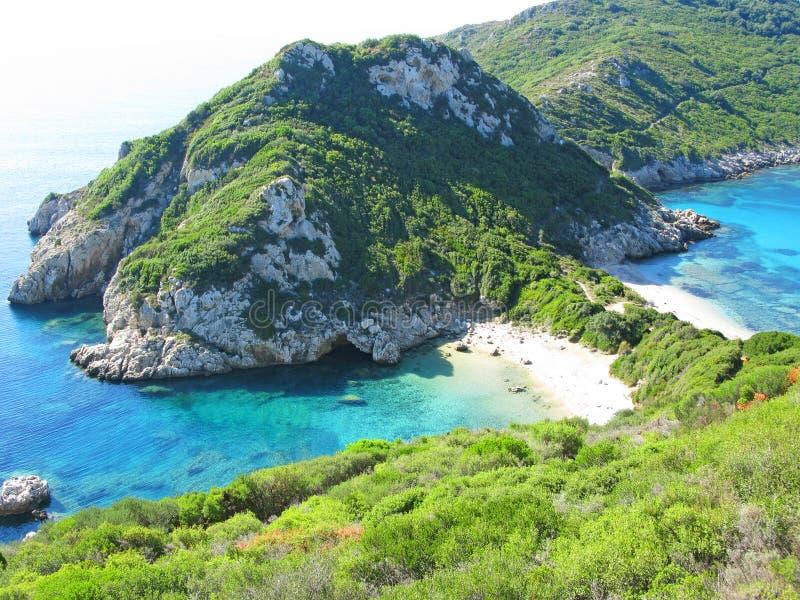 Mar ionian da paisagem azul da costa da lagoa na ilha de Corfu fotos de stock