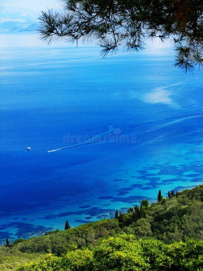 Mar ionian da paisagem azul da costa da lagoa na ilha de Corfu foto de stock