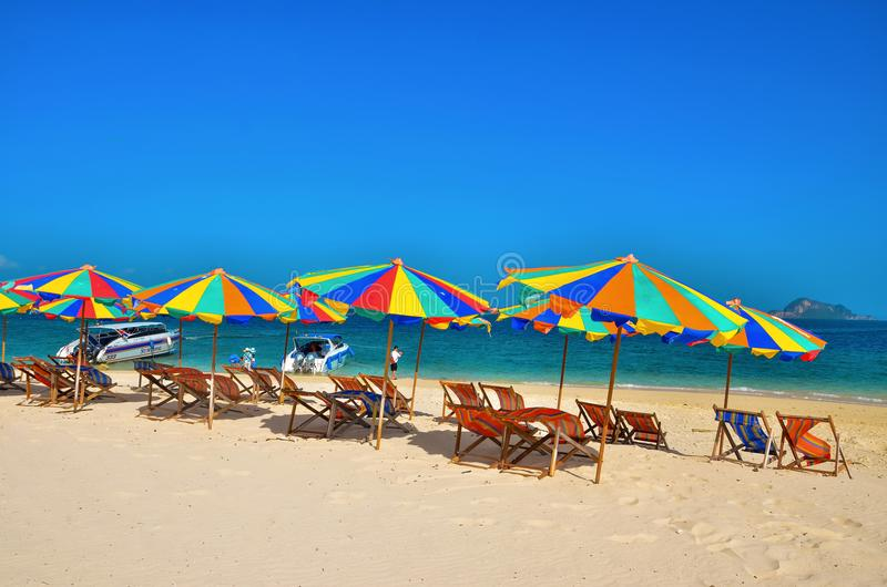 Mar, isla, paraguas, camas de Tailandia, de Khai Island Phuket, de Sun y sombrillas en una playa tropical foto de archivo libre de regalías