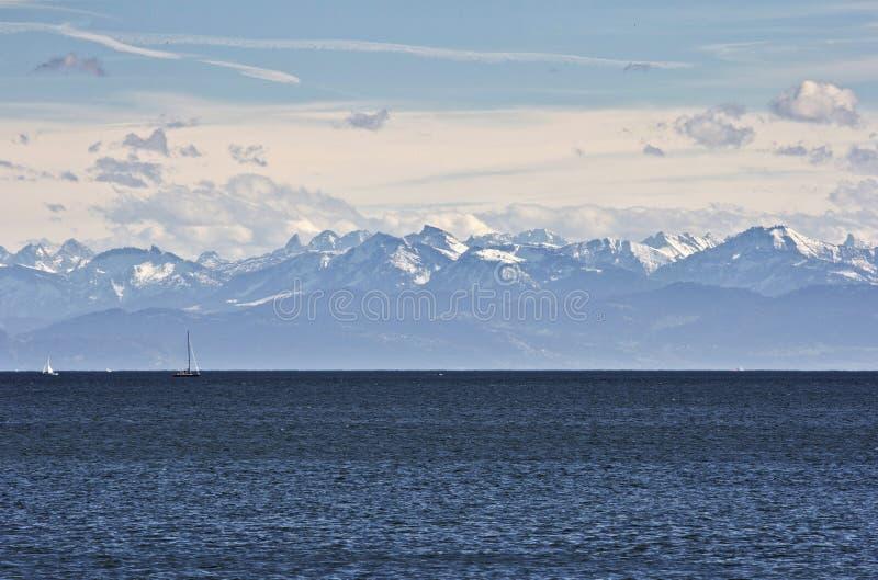 Mar, lago, montañas fotografía de archivo libre de regalías