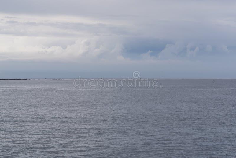Mar mínimo y azul de cielo fotografía de archivo