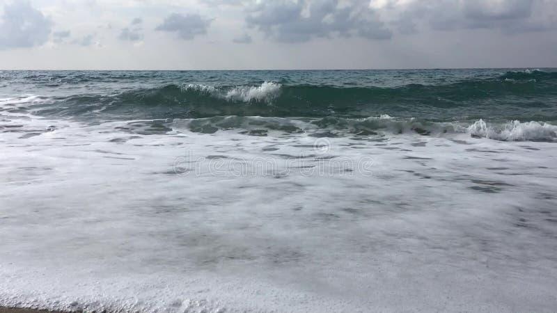 Mar Mediterráneo ondulado en día melancólico, Turquía almacen de metraje de vídeo
