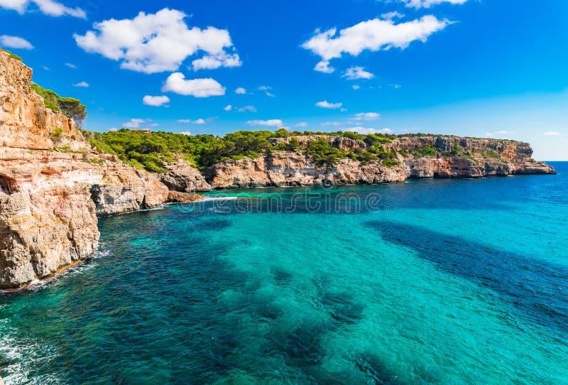 Mar Mediterráneo rocoso de Majorca España de los acantilados de la costa imagen de archivo