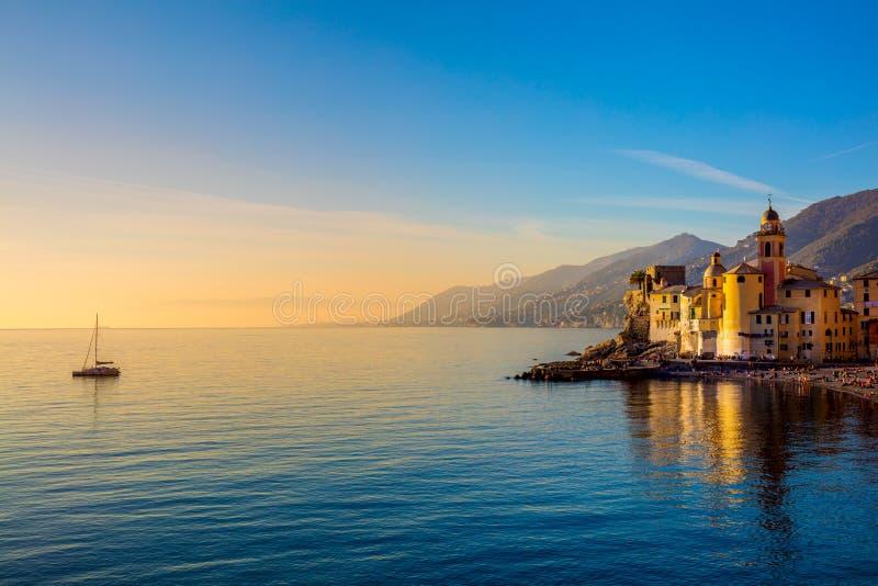 Mar Mediterraneo ad alba, alla cittadina ed all'yacht immagine stock
