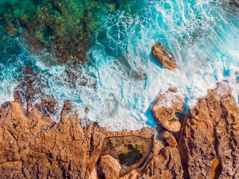 Mar Mediterraneo con i battiti dell'acqua del turchese sulla costa dell'isola di Malta Vista superiore aerea immagini stock libere da diritti