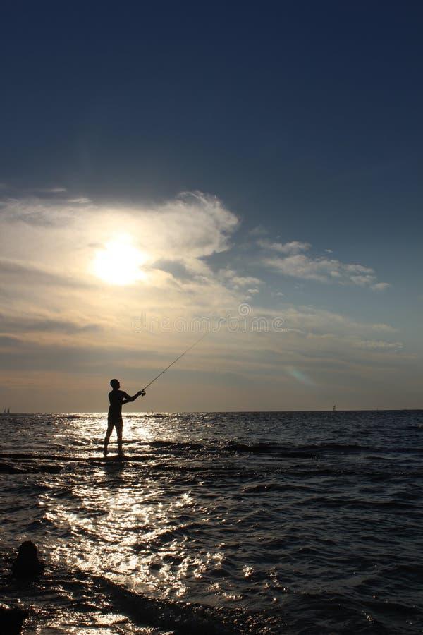 Mar Mediterraneo vicino a Tel Aviv, siluetta di un pescatore fotografia stock