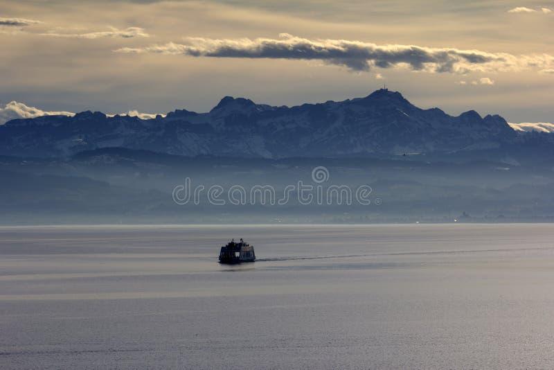Mar, montañas, agua fotos de archivo libres de regalías