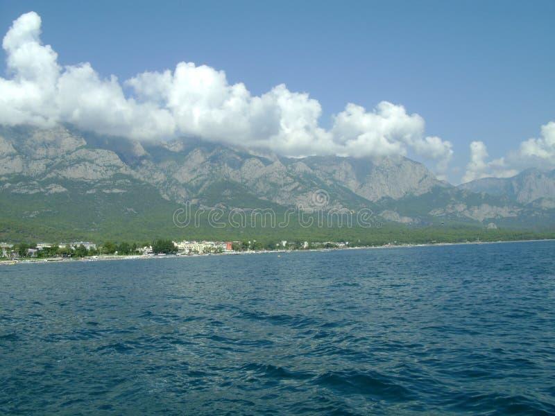 Mar, montanhas, nuvens imagem de stock royalty free