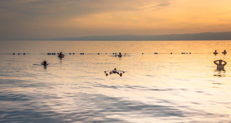 Mar Morto - 5 ottobre 2018: Turisti che bagnano il mare salato morto, Giordania fotografie stock libere da diritti