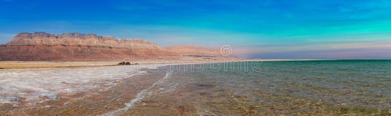Mar Morto panorâmico surpreendente com cores do azul e da cerceta no meio do dia imagens de stock