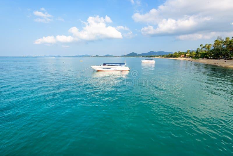 Mar na praia do Na Phralan na ilha de Samui imagens de stock