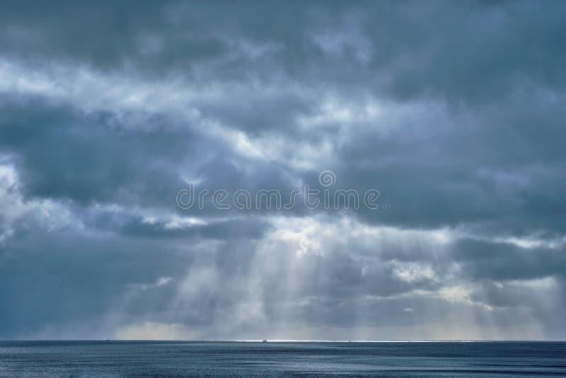 Mar norueguês no inverno com raios do sol fotos de stock