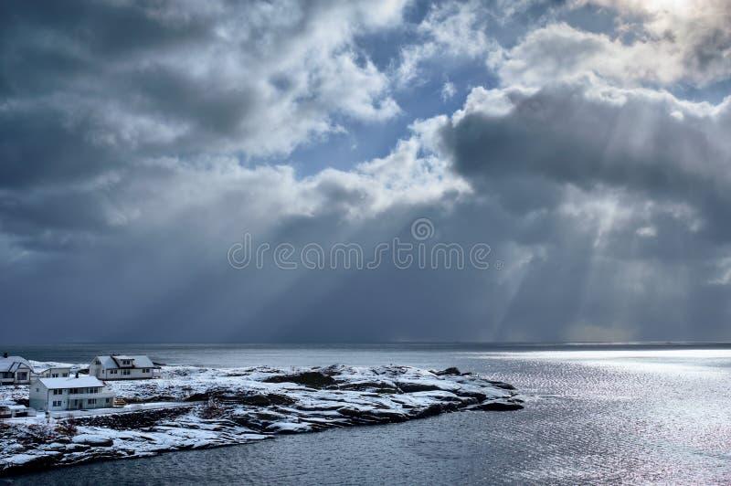 Mar norueguês no inverno com raios do sol imagem de stock
