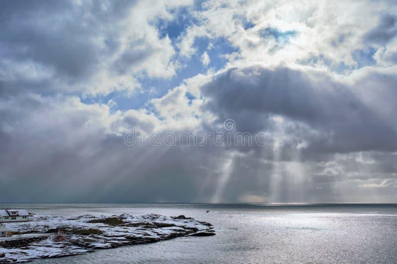 Mar norueguês no inverno com raios do sol fotografia de stock royalty free