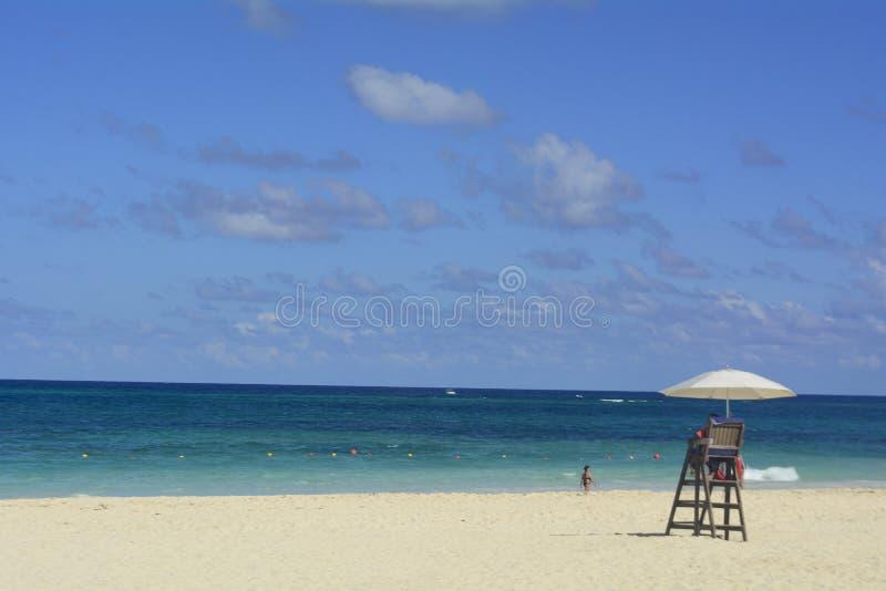 Mar, nubes, arena, gente, cielo, días de fiesta, viaje foto de archivo libre de regalías