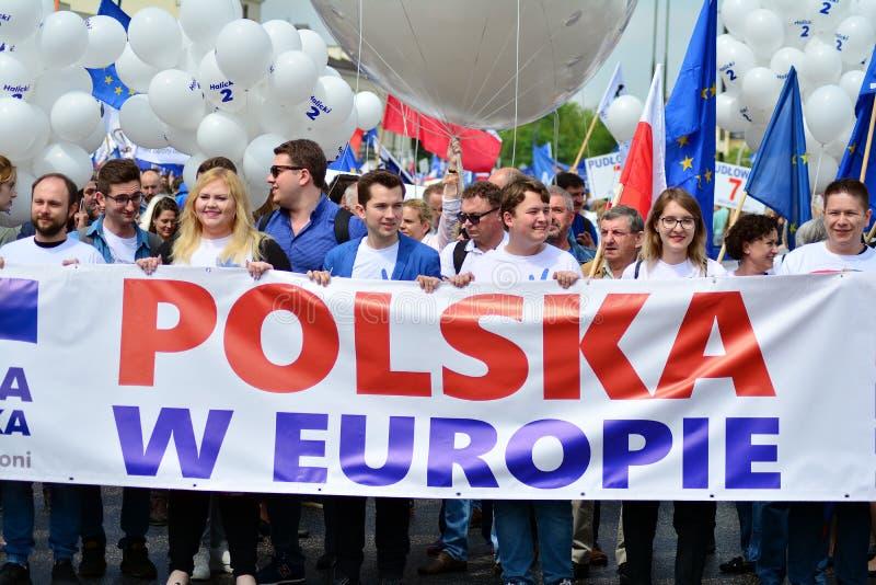 mar?o ?Pol?nia em Europa ? Os milhares de suportes da oposi??o marcharam na capital polonesa para comemorar o Unio europeu da na? fotos de stock