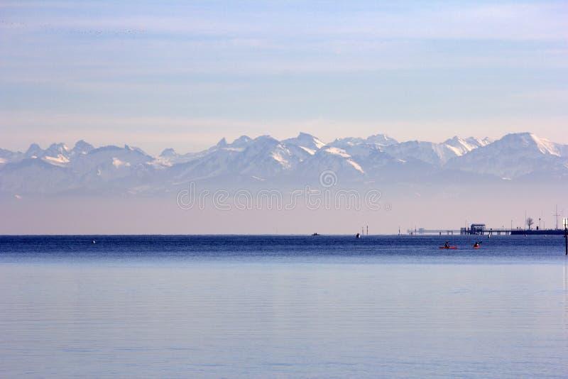 Mar, océano, montañas imagen de archivo libre de regalías