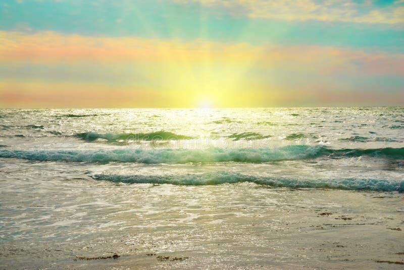 Mar, ondas y nubes foto de archivo