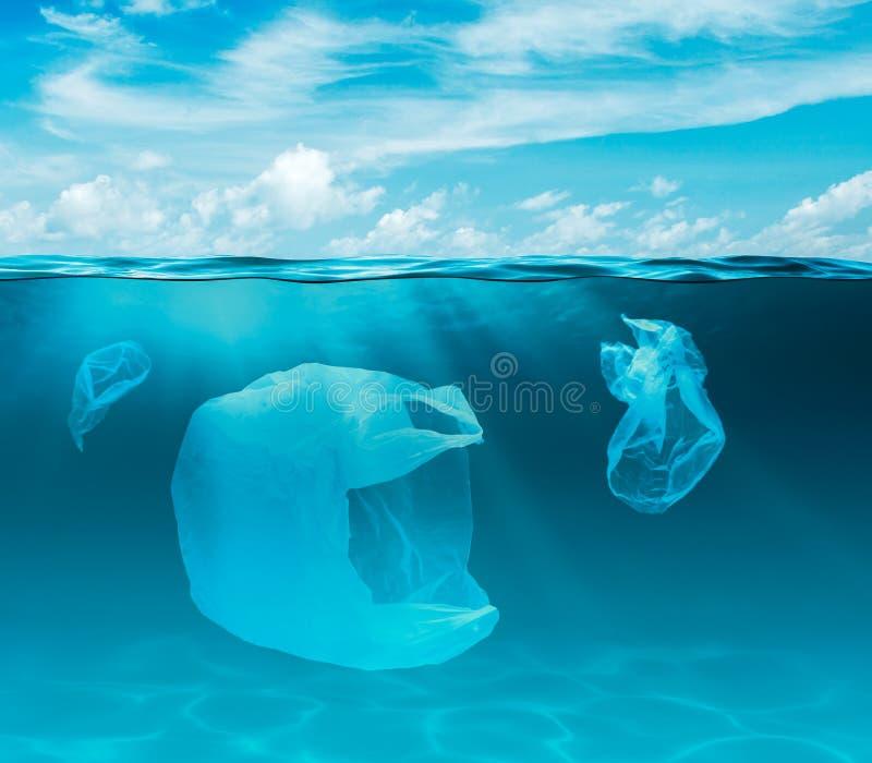 Mar ou oceano subaquático com sacos de plástico Problema ecológico da poluição do ambiente imagens de stock