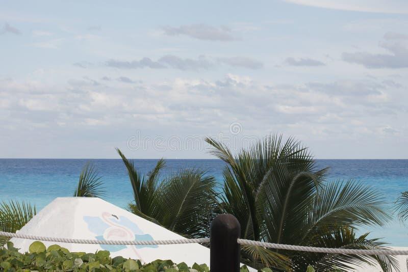 Mar, palmas y nubes de Cancun imagenes de archivo