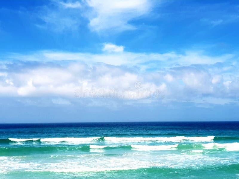 Mar perfeito e nuvens, fotografadas em Bloubergstrand, África do Sul imagem de stock royalty free