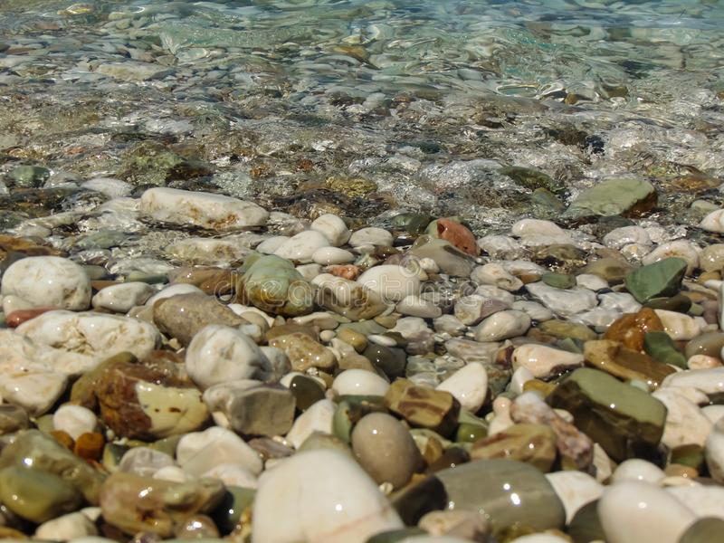 Mar, piedra y ondas fotos de archivo