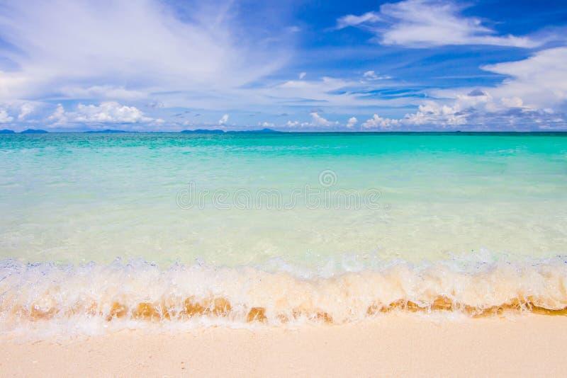 Mar, praia e céu fotos de stock
