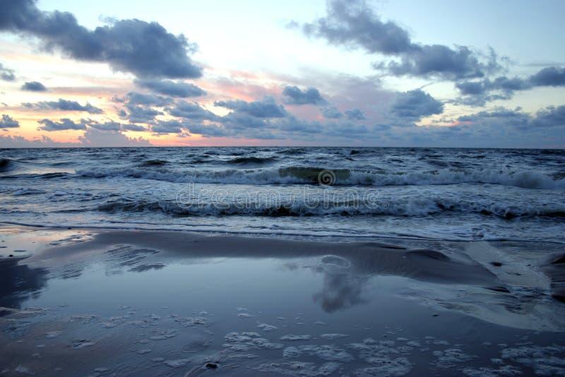 Download Mar Preocupado En La Puesta Del Sol Foto de archivo - Imagen de liso, anaranjado: 192254