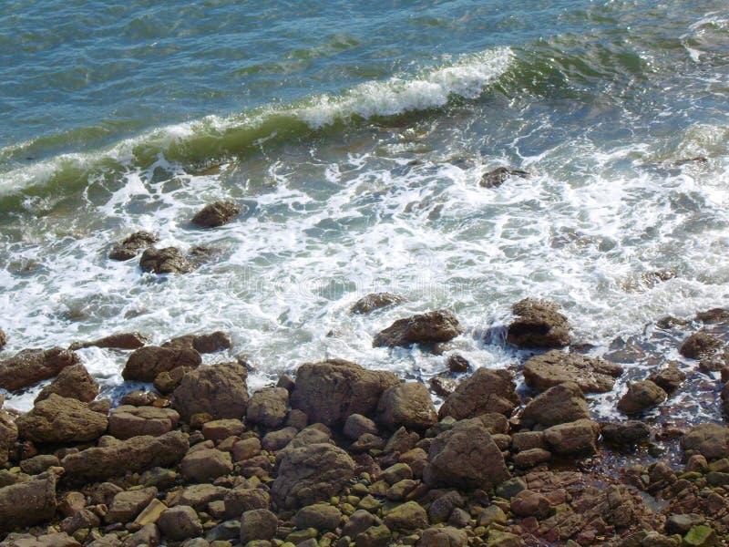Mar que deixa de funcionar em penhascos imagem de stock